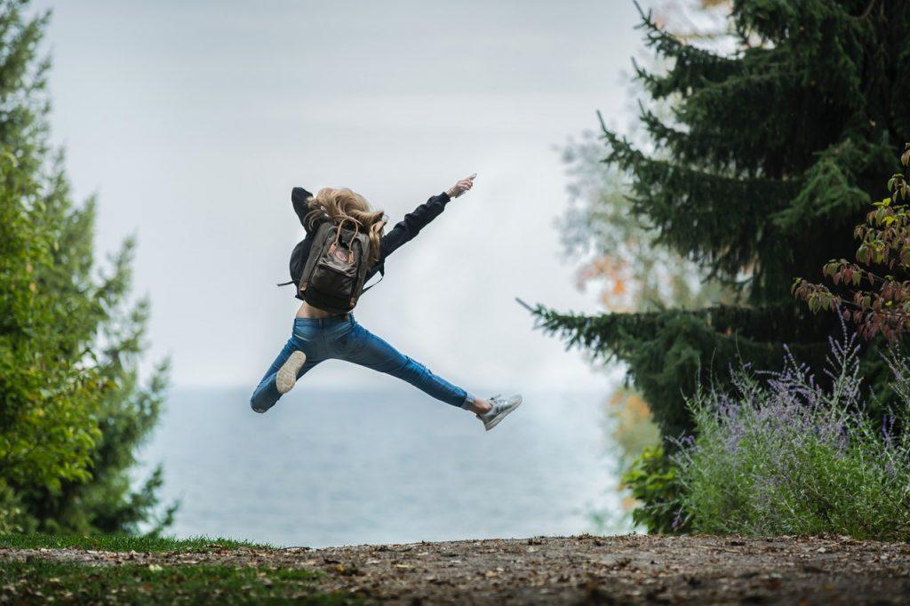 Fotografía de una mujer saltando